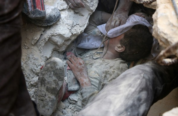 Image: A Syrian boy receives oxygen