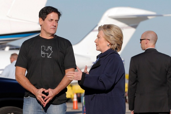 Image: U.S. Democratic presidential nominee Hillary Clinton and businessman Mark Cuban talk after getting off her campaign plane in Detroit