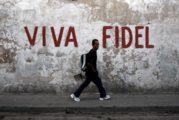 """Image: Graffiti reading """"Long live Fidel"""" in Santiago de Cuba in 2008"""