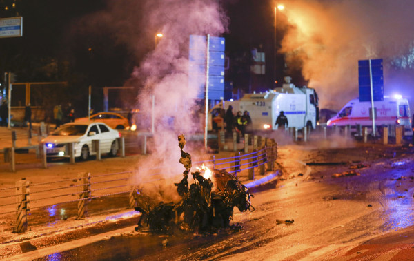 Image: Police arrive at the site of an explosion in central Istanbul