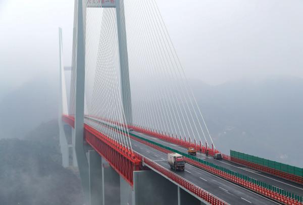 Image: Vehicles making their way through the Beipanjiang Bridge