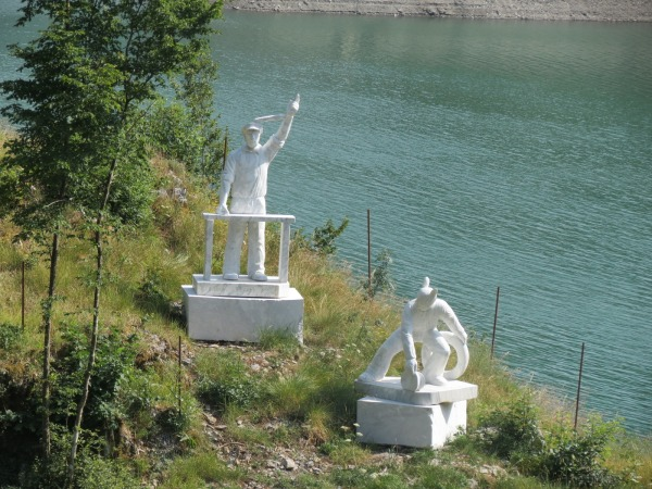 Image: Statues of Francesco Schettino and Gregorio de Falco