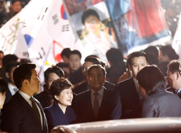 Image: South Korea's ousted leader Park Geun-hye greets her supporters