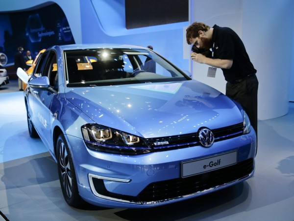 Paul Schroder takes pictures of the new Volkswagen e-Golf electric vehicle at the Los Angeles Auto Show on Wednesday, Nov. 20, 2013, in Los Angeles. (...