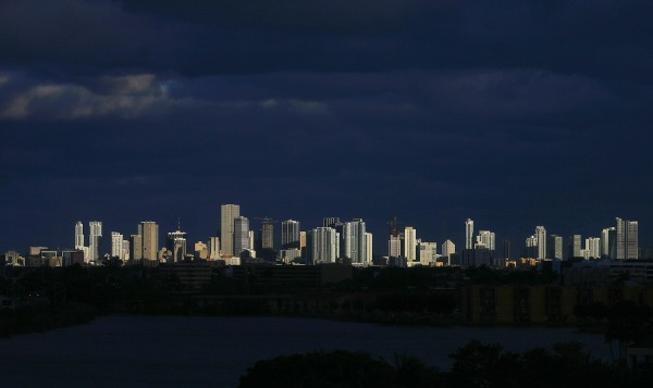 Dark clouds pass over downtown Miami, Florida February 6, 2009.  REUTERS/Carlos Barria (UNITED STATES) - RTXBB3O