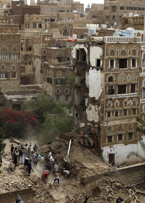 Image: Air raid kills seven, destroys historic houses in Sanaa
