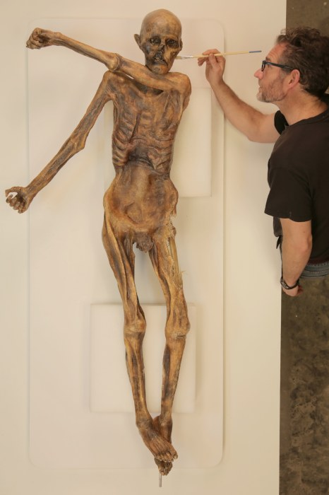 Image: Gary Staab with Ötzi the Iceman replica