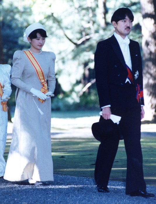 Image: Prince Aya walks with his wife Princess Kiko toward the Imperial Palace for the enthronement ceremonies for his father