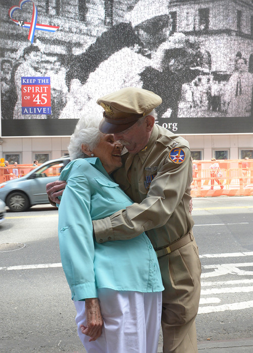 World War II fighter pilot Jerry Yellin (R) and WWII veteran nurse Gloria Bullard, Bullard who appears in Victor Jorgensen's photo of the kiss.