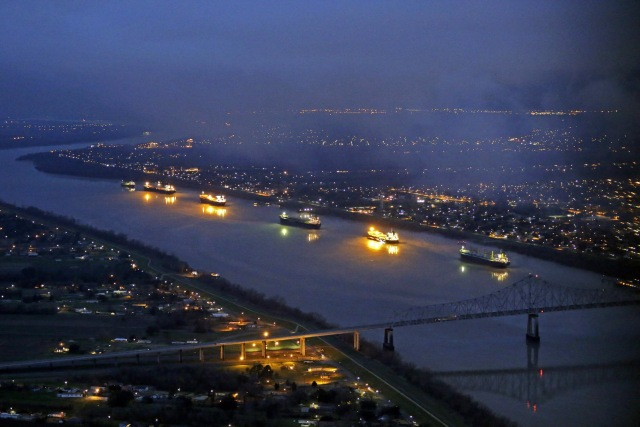 Oil Spill Shuts New Orleans Port & Mississippi River thumbnail