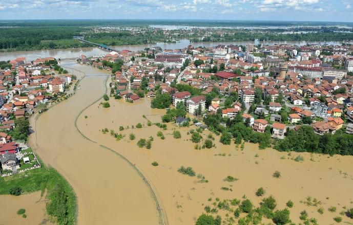 FOTO TË MUAJIT MAJ - Faqe 2 140519-flood-serbia-530a-2_7b1a4d6f2385f12f5e1318d88113c9e0.nbcnews-ux-720-440