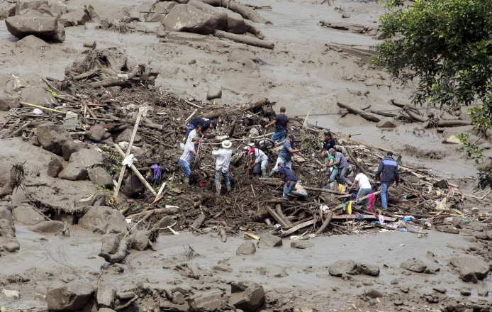 Image: Residents remove mud and debris as they search for bodies after a landslide in the municipality of Salgar, in Antioquia department