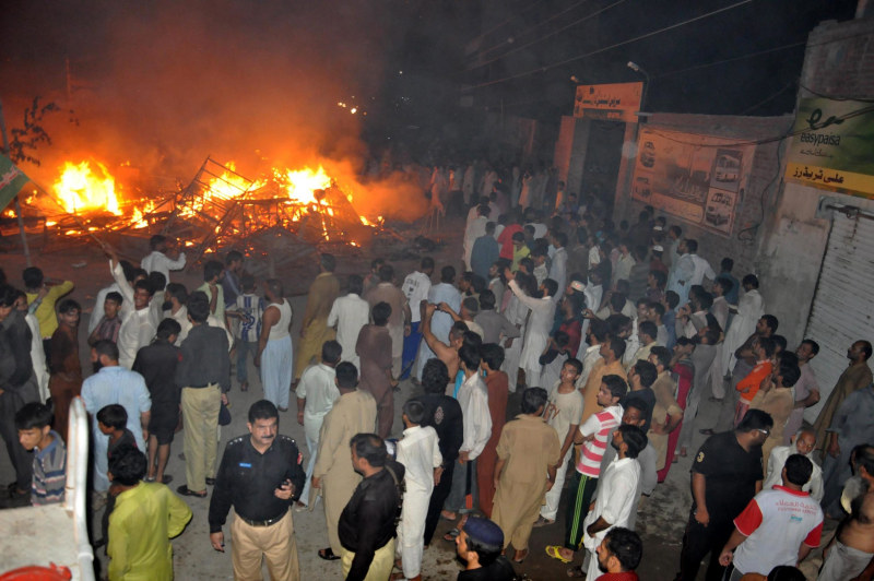 Image: Mob attacks religious minority following blasphemy accusations