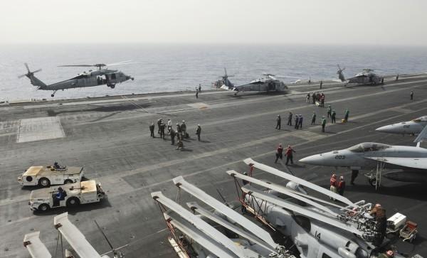 美海军黑鹰直升机红海坠毁,两人失踪,三人被救