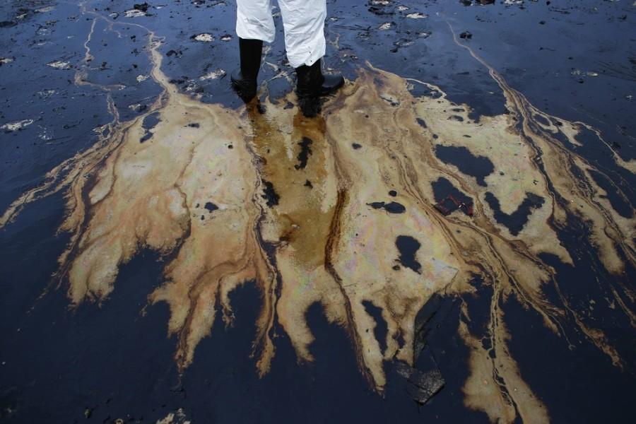Oil spill blackens beaches on Thai holiday island