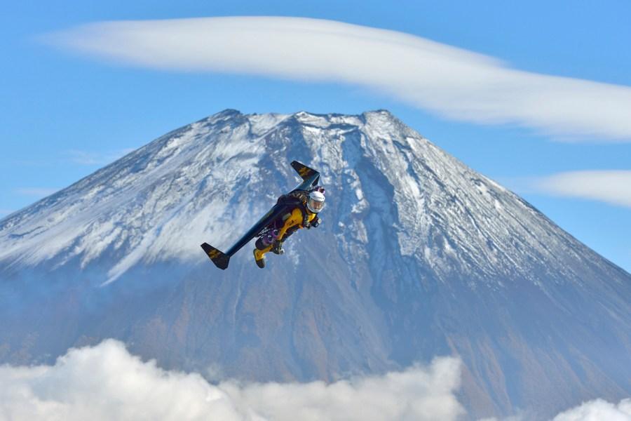 'Jetman' flies circles around Mt. Fuji at 185 mph