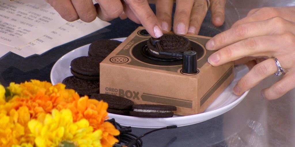 Hoda and Ellie Kemper try the Oreo Music Box