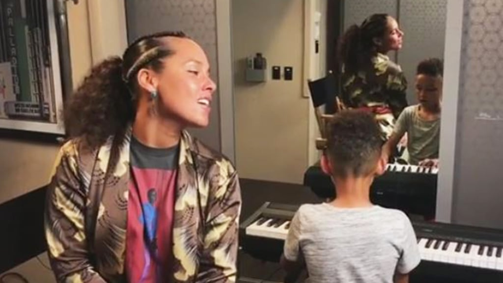 Alicia Keys sings 'Lean on Me' with her son, Egypt