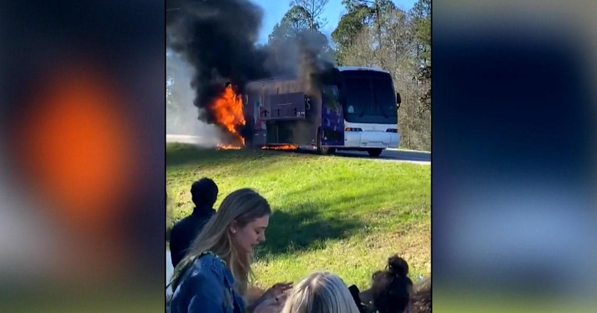 Uhr: Schüler evakuieren brennenden bus, kurz bevor es explodiert