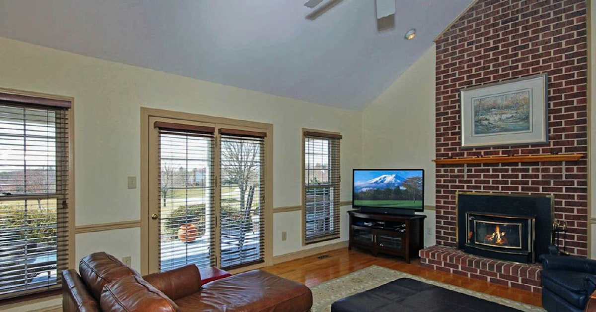 Image of: See What This Living Room Looks Like After A 450 Makeover