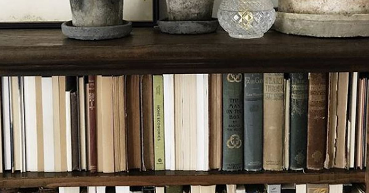 Backward Books On Shelves Is A Controversial Home Decor Trend