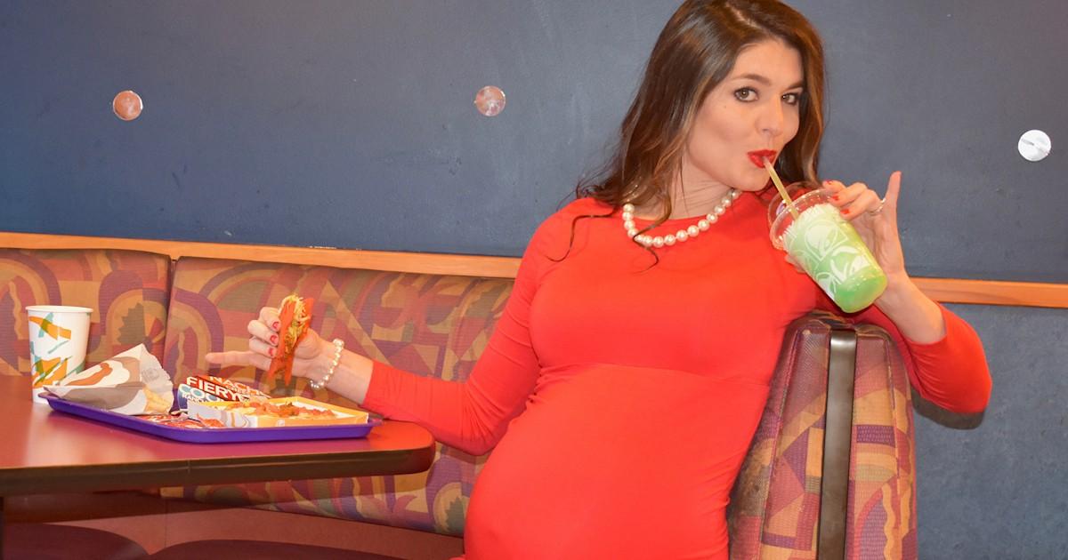 Mom had maternity photo shoot in Taco Bell