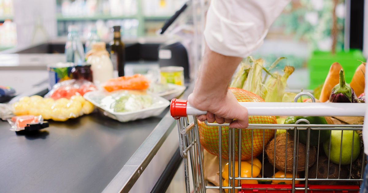 Is there a right way to organize groceries on a conveyor belt? These people think so