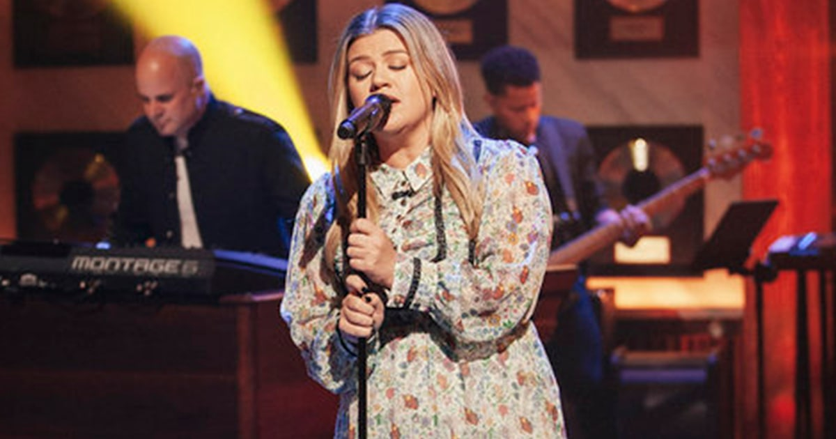 Kelly Clarkson is a rock goddess covering Aerosmith's 'Cryin'' for 'Kellyoke'