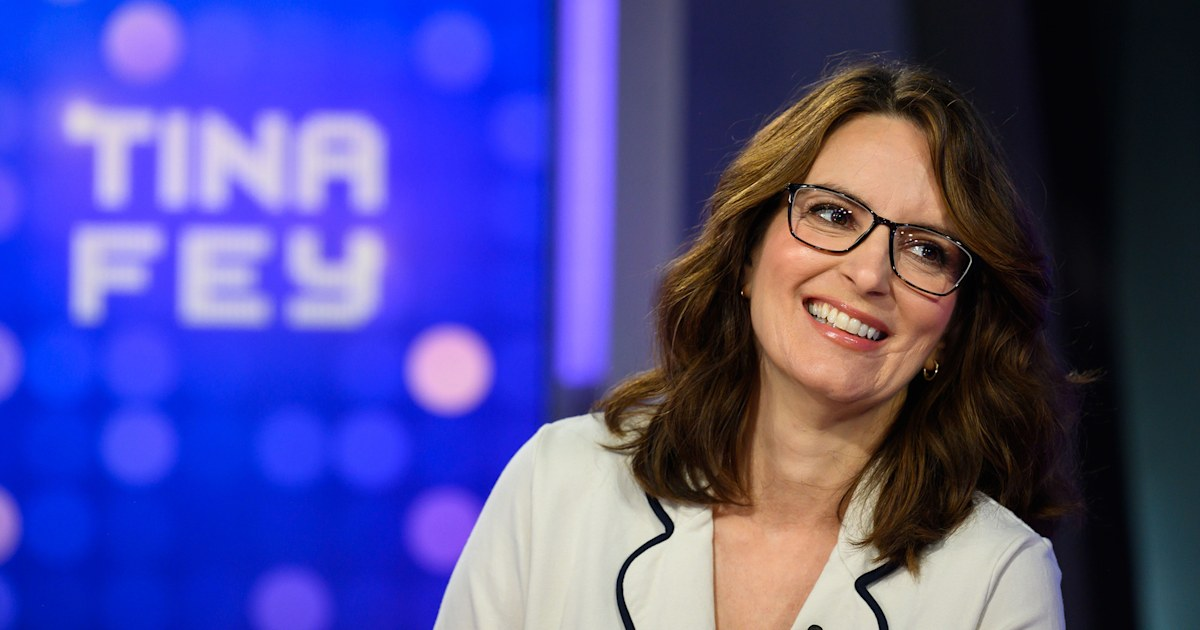 Tina Fey says she begged Carson to reprise his 'TRL' role on her new show 'Girls5Eva'