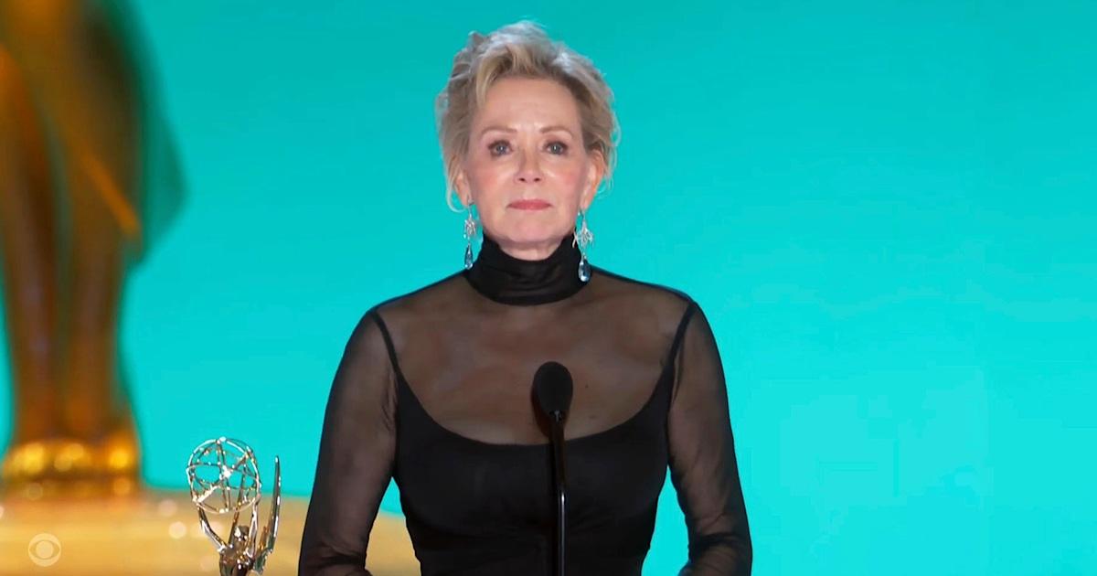 Jean Smart tears up remembering late husband in Emmys acceptance speech