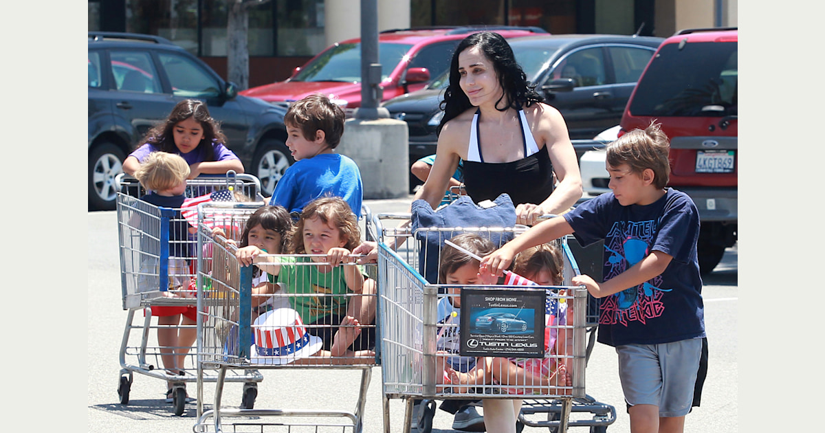 Octomom' carts the kids to the grocery store