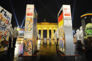Image: Individually painted dominos stand along the former route of the wall in Berlin