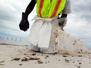 Image: Gulfport, Miss., cleanup worker