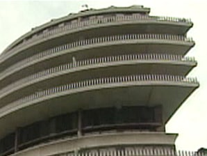 Watergate hotel goes unsold at auction business real for Is the watergate hotel still open