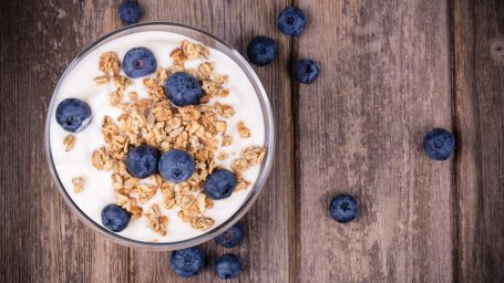yogurt blueberries granola