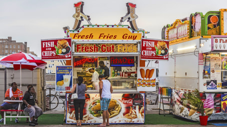 people buy fast food at the pier of Atlanic City
