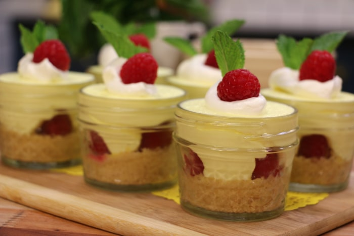 Easy no-bake raspberry lemon cheesecake in jars and strawberry ...