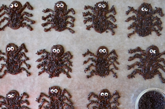 Spooky spider decorations for Halloween tarts