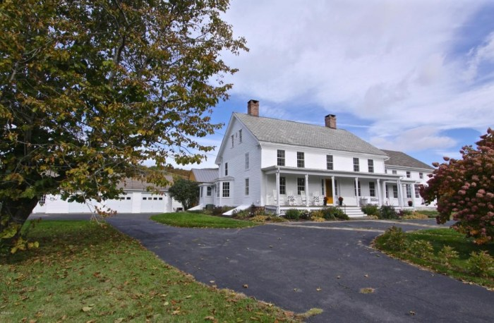 248 year old colonial home hits the market look inside for Classic house hits