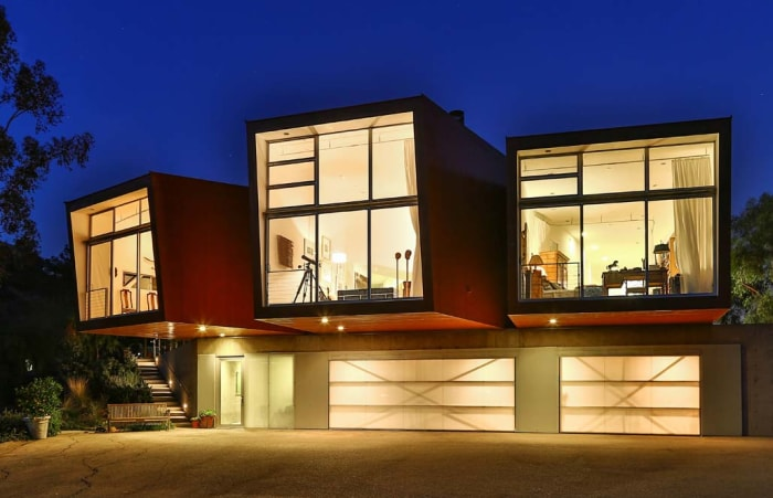 Ultra modern home that 39 s wrapped in rubber hits the market for Modern house zillow