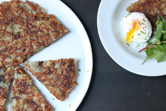 Crispy Rösti Potatoes with Oven-Poached Eggs: Plate the potato cake wedges topped with the poached eggs and sprinkle with chives
