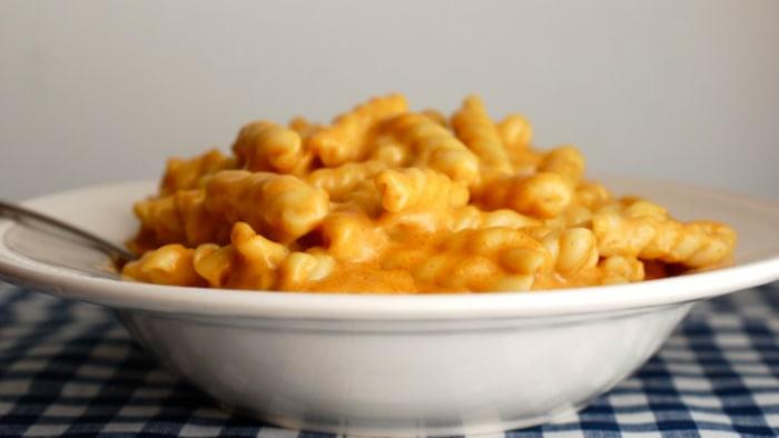 Easy stovetop mac and cheese recipe from blogger Alejandra Ramos