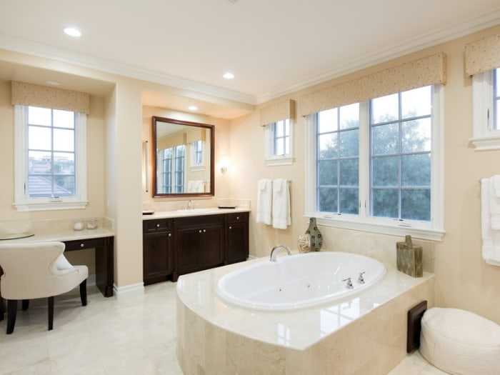 Kris jenner buys picture perfect colonial home in for Salle de bain kylie jenner