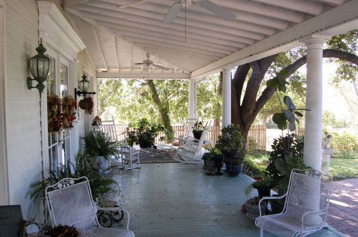 Chip and Joanna Gaines of Fixer Upper buy Texas home  : gaines porch 3 today 16040687aff35057eec2720579af63cca2fc60today inline large from www.today.com size 700 x 466 jpeg 59kB
