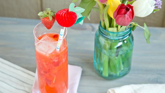 Easy summer cocktail recipe: bourbon strawberry lemonade