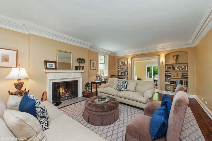Take a tour inside the home from 39 sixteen candles 39 it 39 s for Living room today