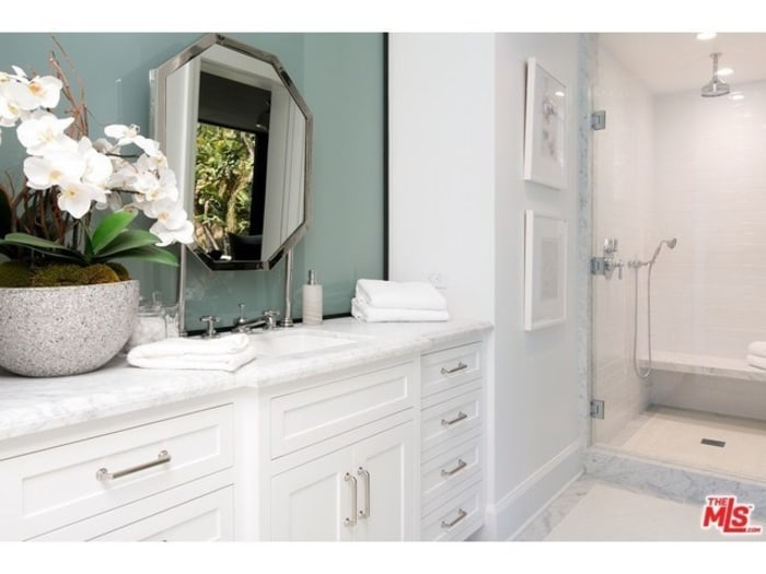 Kendall jenner buys emily blut and john krasinki 39 s home for Kylie jenner bathroom photos