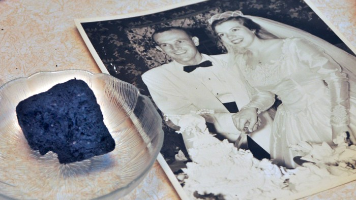 eating wedding cake 1 year later elderly celebrates 61st wedding anniversary by 13870