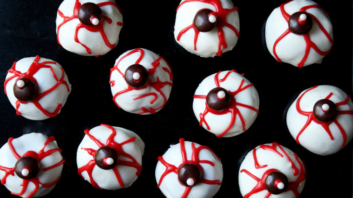 Creepy Halloween cake pop eyeballs