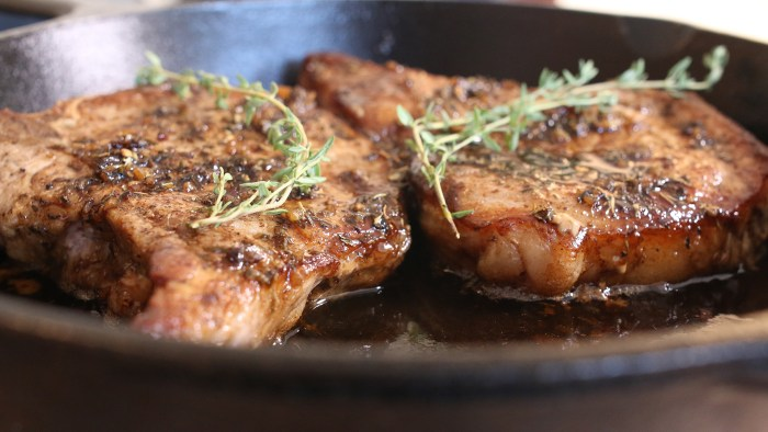 Pork chops with sweet and sour glaze